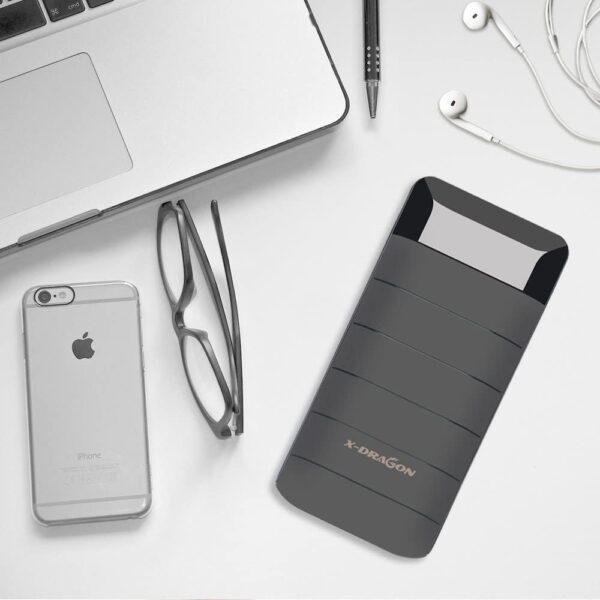 Batterie externe 20000mAh X-Dragon à coté d'un mac