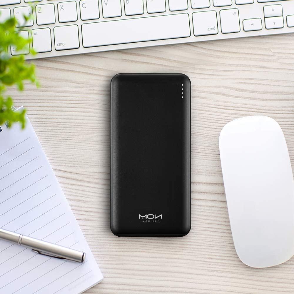 Batterie externe 10000mAh Moxnice sur un bureau