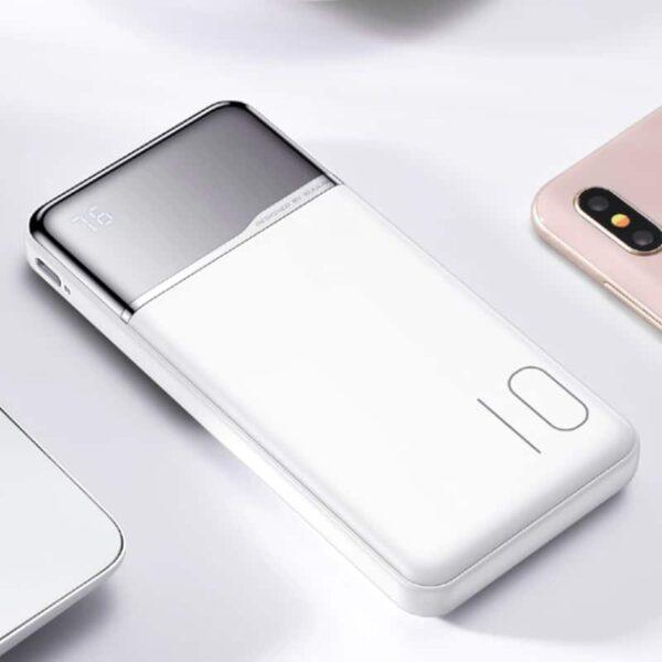 Batterie externe 10000mAh portable sur un bureau